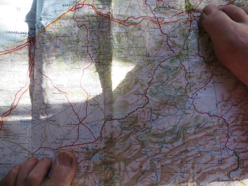 van Fes (re grote teen) naar stuwmeer Bin-el-Ouidane (li grote teen)