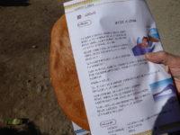 Tazzarine (het brood wordt verpakt in oud lesmateriaal dat heel modern oogt)